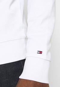 Tommy Hilfiger - CIRCLE CHEST CORP CREWNECK - Sweatshirt - white - 4
