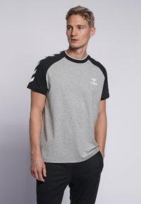 Hummel - T-shirts print - grey melange - 0