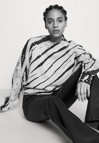Proenza Schouler White Label - MODIFIED RAGLAN TIE DYE - Sweatshirt - light chambray/navy - 3