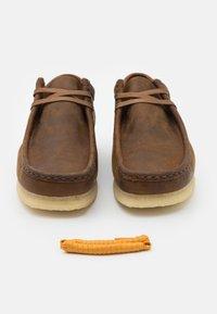 Clarks Originals - WALLABEE - Volnočasové šněrovací boty - beeswax - 5