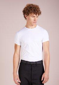 Emporio Armani - T-shirt basique - bianco ottico - 0