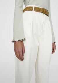 PULL&BEAR - BEIGEFARBENE BUNDFALTENHOSE MIT GÜRTEL 05670306 - Pantalon classique - mottled light brown - 4
