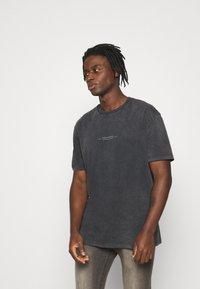 Topman - BIRD ON FIRE WASH PRINT  - Print T-shirt - black - 0