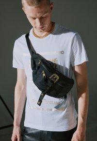 Versace Jeans Couture - RANGE COUTURE UNISEX - Ledvinka - nero - 5