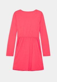 GAP - GIRLS FLIP LOGO DRESS - Jerseyklänning - rosehip - 1