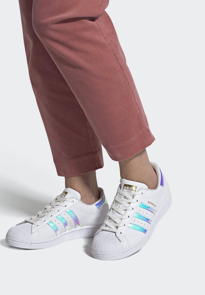 adidas Originals - SUPERSTAR - Baskets basses - ftwwht goldmt cblack
