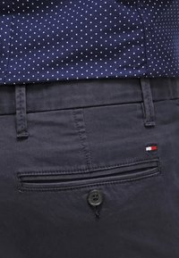 Tommy Hilfiger - DENTON - Chinosy - midnight - 5