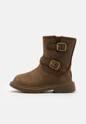 KINZEY - Boots - walnut