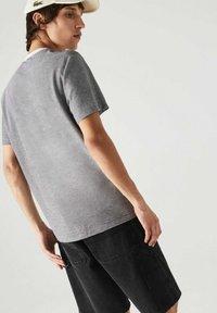 Lacoste - Print T-shirt - weiß / navy blau - 1