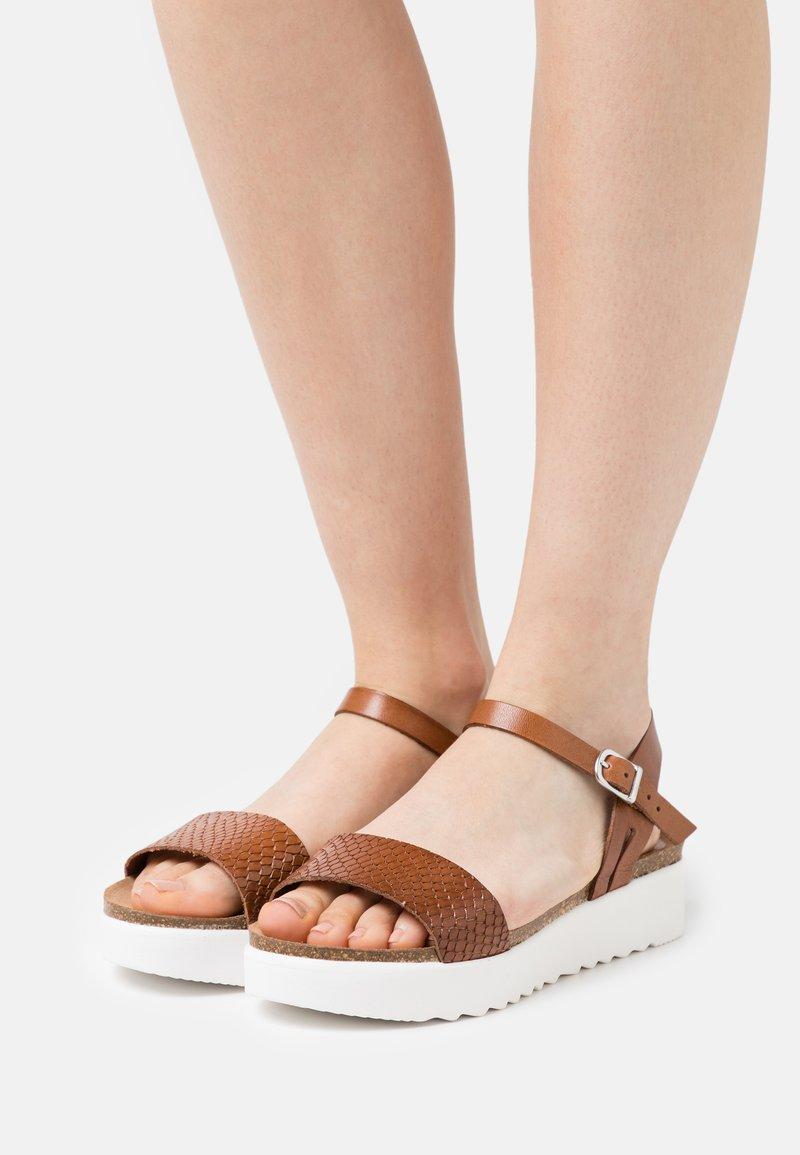 Grand Step Shoes - EDEN - Platform sandals - whisky