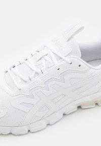 ASICS - GEL-QUANTUM 90 - Chaussures de running neutres - white - 5