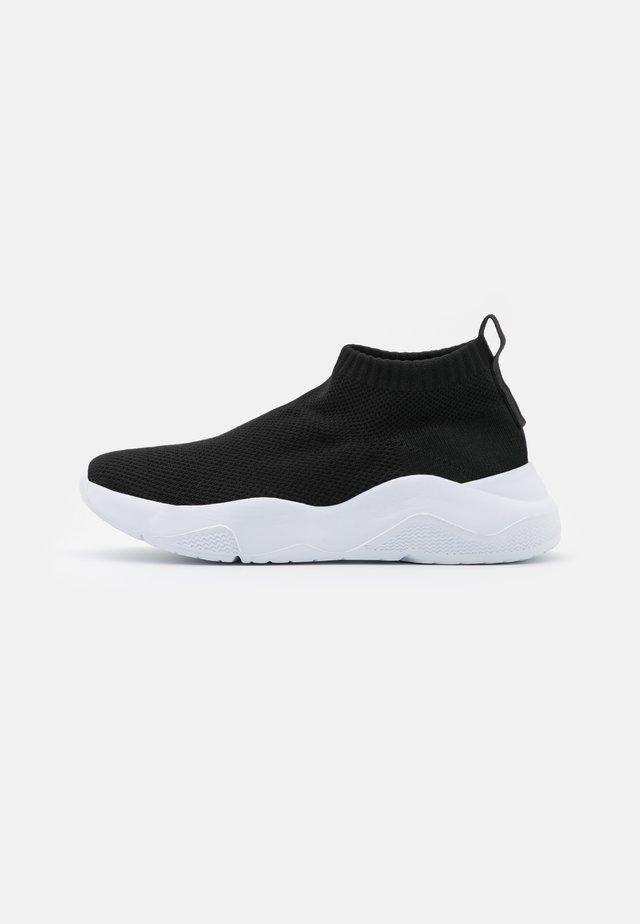 WIDE FIT HOLLIE - Sneakers hoog - black