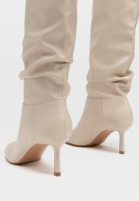 Stradivarius - IN KNITTEROPTIK - Boots - off-white - 3