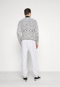 GAP - FRENCH TERRY JOGGER - Teplákové kalhoty - white heather - 2