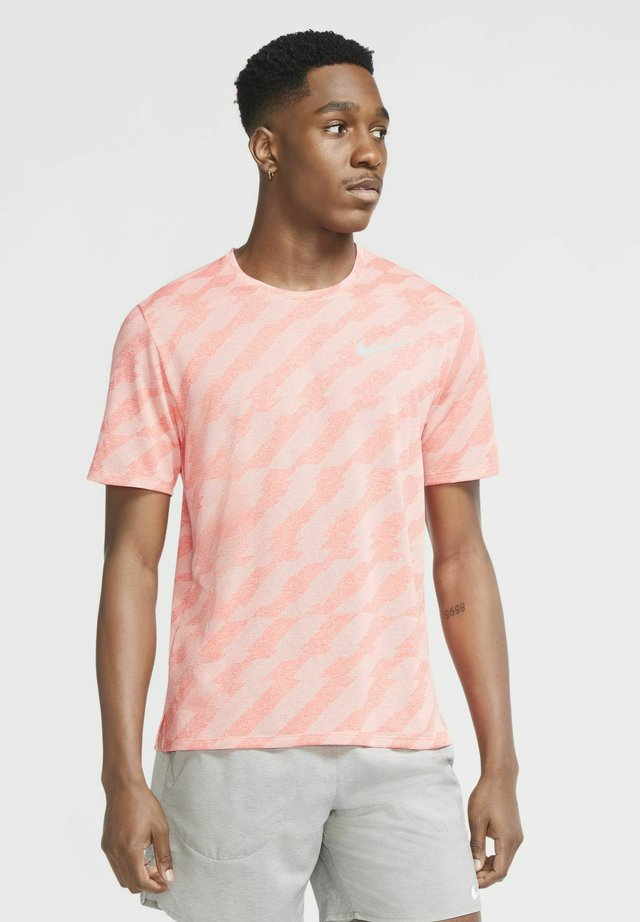 T-shirt imprimé - bright crimson/crimson tint