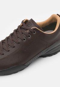 Scarpa - MOJITO URBAN GTX UNISEX - Hiking shoes - brown - 5