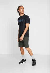 Under Armour - RAID GRAPHIC - T-shirt med print - black - 1