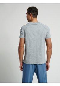 Hummel - CALEB - T-shirt med print - grey melange - 5