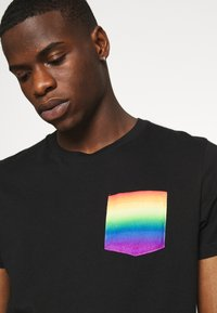 Hollister Co. - PRIDE CREW POCKET - T-shirt print - black/ombre - 4