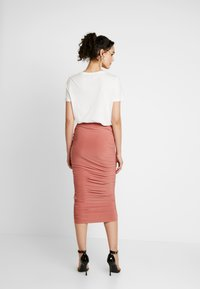 Missguided - SLINKY RUCHED SKIRT - Falda de tubo - blush