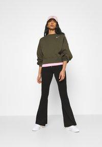 Nike Sportswear - CREW TREND - Sweatshirt - khaki/white - 1