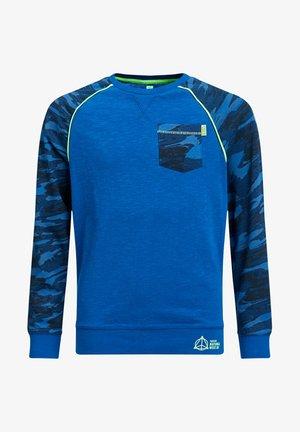 JONGENS MET CAMOUFLAGEPRINT EN NEONKLEURIGE DETAILS - Print T-shirt - cobalt blue