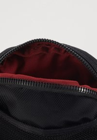 Nike Sportswear - HERITAGE UNISEX - Taška spříčným popruhem - black/black/white - 4