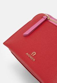 AIGNER - Taška spříčným popruhem - velvet cake red - 5