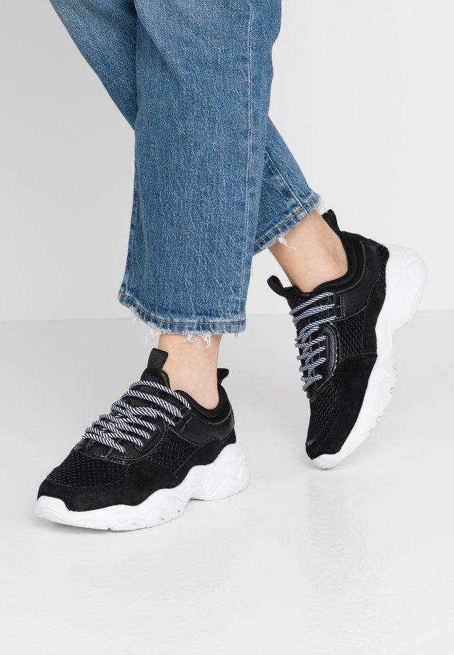 BIADACIA ASYMETRIC - Sneakersy niskie - black