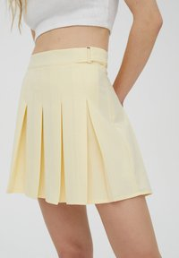 PULL&BEAR - MIT KELLERFALTEN UND SCHNALLE - Spódnica plisowana - beige - 4