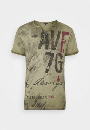 OUTCOME BUTTON - Print T-shirt - military green