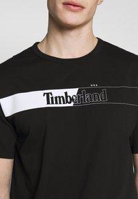 Timberland - KENNEBEC RIVER HORIZONTAL GRAPHIC TEE - T-shirt z nadrukiem - black - 4