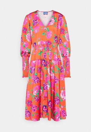 MILLACRAS DRESS - Košilové šaty - pink