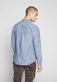 Tommy Jeans - TJM CHAMBRAY BADGE SHIRT - Shirt - mid indigo - 2