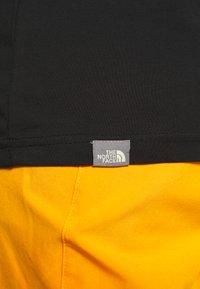 The North Face - MENS GRAPHIC TEE - Bluzka z długim rękawem - black/lemon - 4