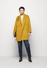 Progetto Quid - HOGART - Classic coat - yellow - 1