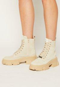Steve Madden - TANKER - Kotníkové boty na platformě - beige - 0