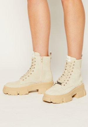 TANKER - Kotníkové boty na platformě - beige