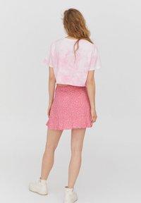 PULL&BEAR - PEANUTS - Print T-shirt - rose - 2