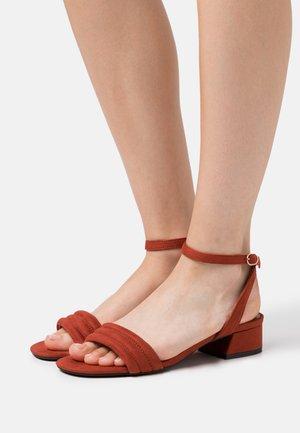 Sandaalit nilkkaremmillä - brick