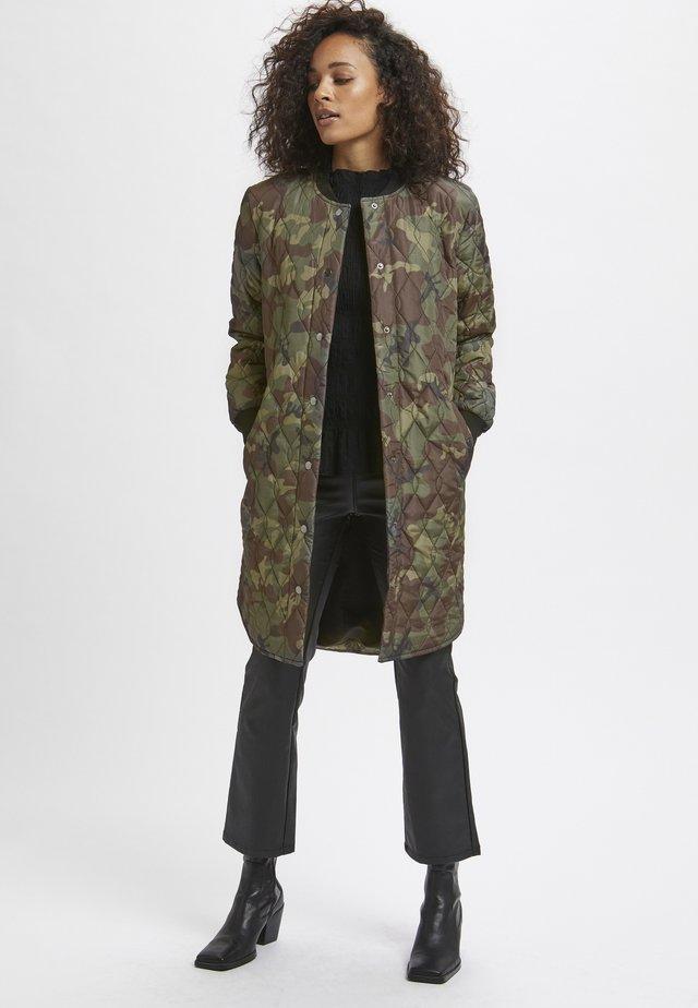 Płaszcz zimowy - camouflage print
