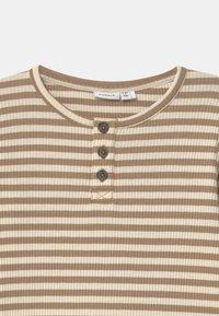 Name it - NMMTARTU - Langærmede T-shirts - kelp - 2