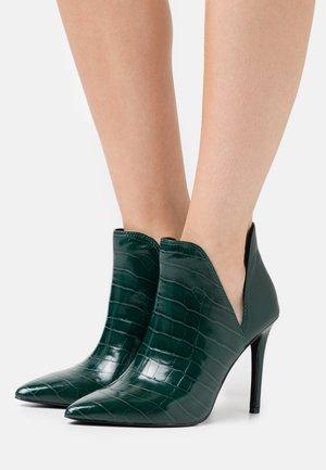 ANALESE - Kotníková obuv na vysokém podpatku - green