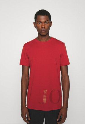 SABURO - Print T-shirt - medium red