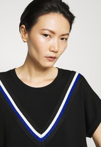 DKNY - STRIPED DETAIL - T-shirts print - black/electric blue - 4