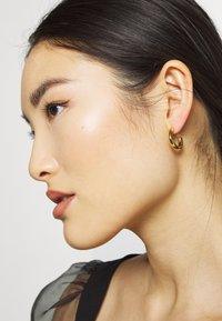 Orelia - MINI CHUNKY HOOP EARRINGS - Kolczyki - pale gold-coloured - 1