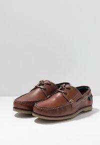 Jacamo - WIDE CLASSIC BOAT SHOE - Seglarskor - brown - 2