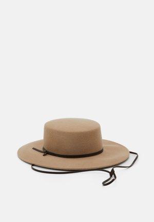LORA - Hat - kamel