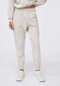 OYSHO - Pantalon de survêtement - beige - 0