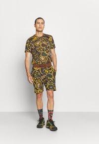 The North Face - REDBOX TEE - Print T-shirt - pinecone brown - 1